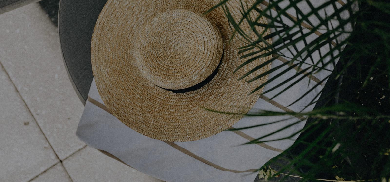un chapeau de paille posé sur une serviette