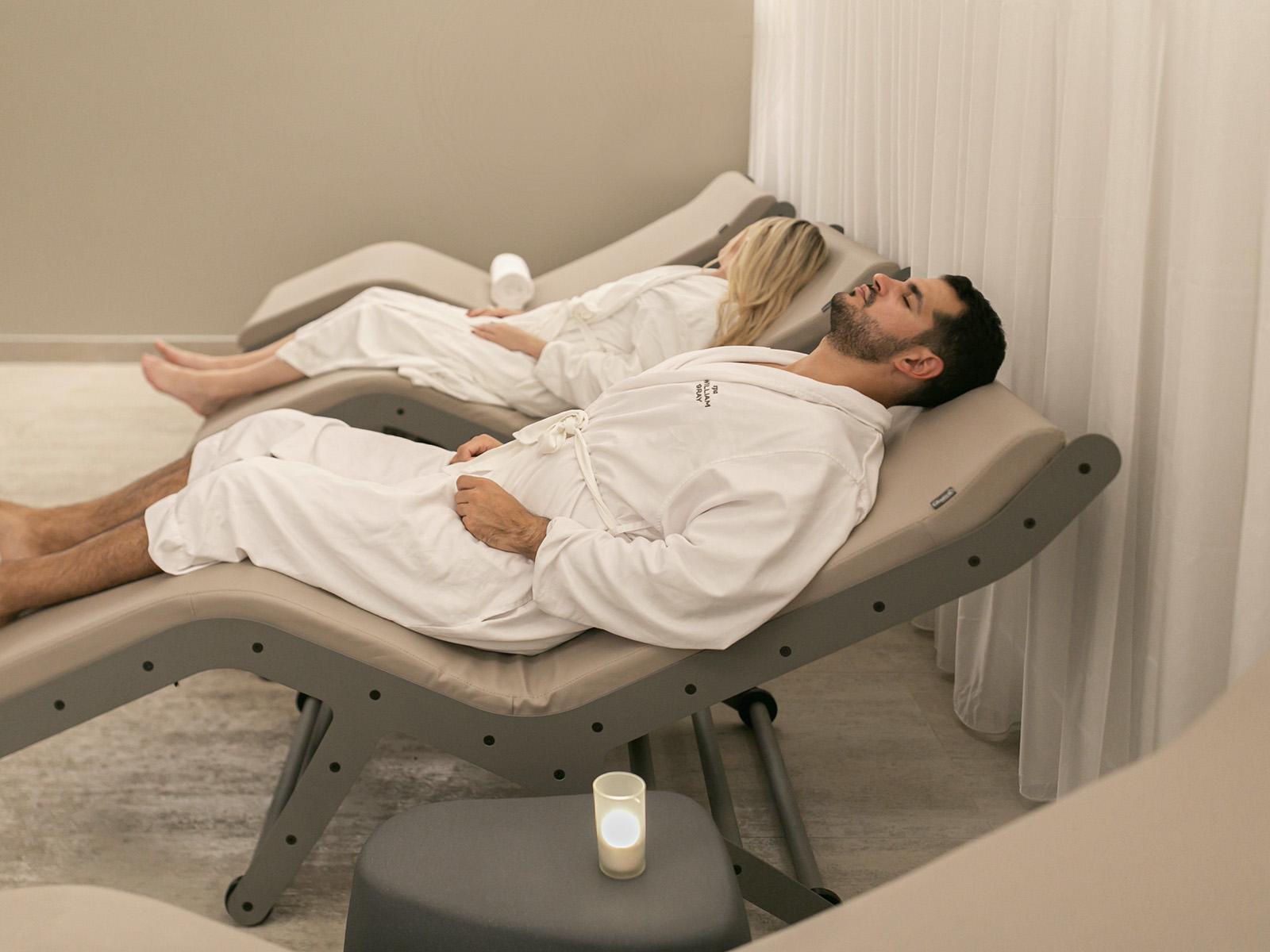 2 personnes en train de se relaxer dans la salle de repos du Spa William Gray