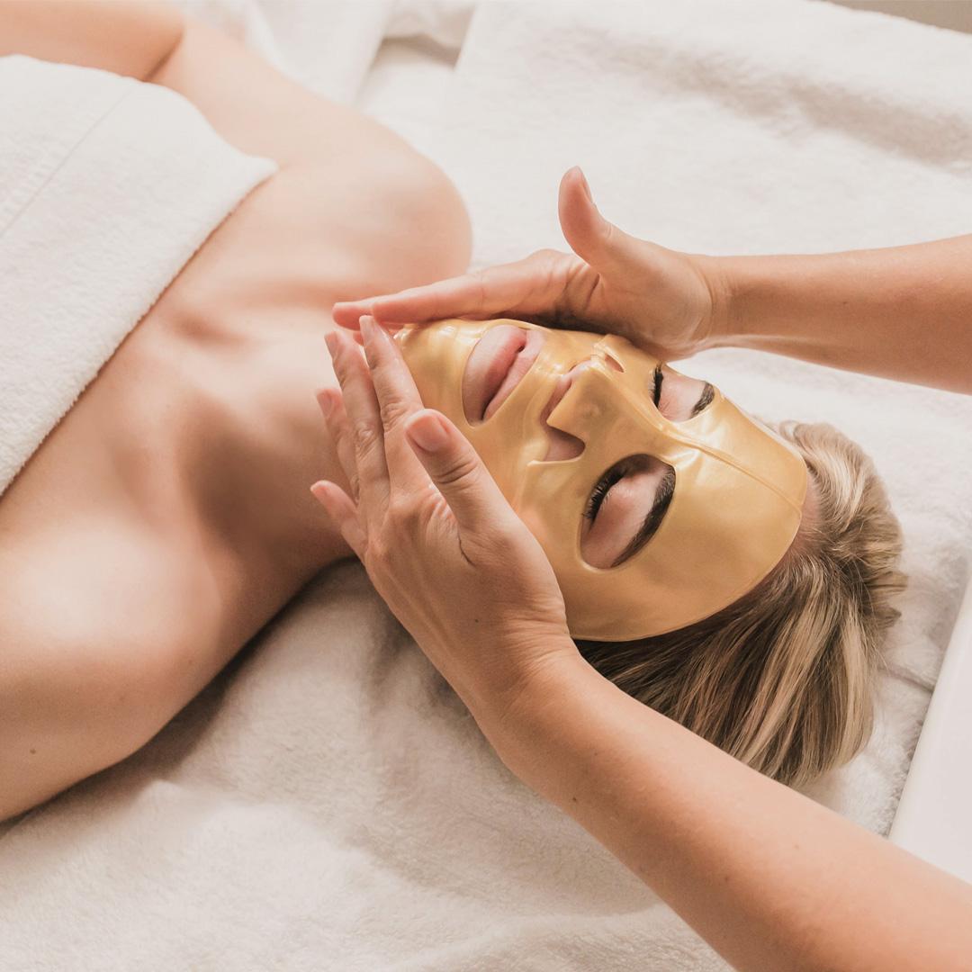 Une fille recevant un masque pour le visage Knesko au Spa William Gray dans le Vieux-Montréal