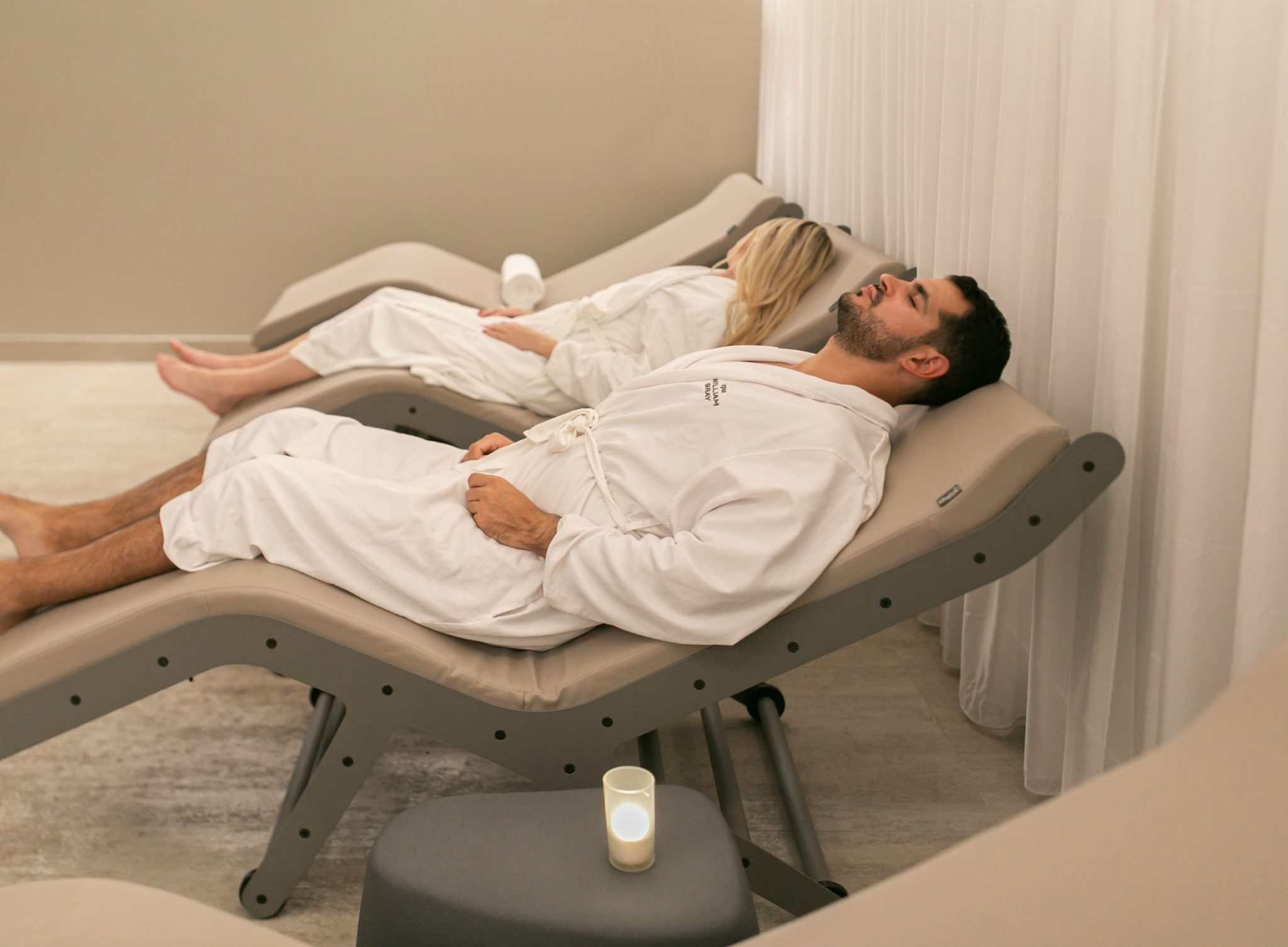 2 people having a relaxation moment in the relaxation space of Spa William Gray