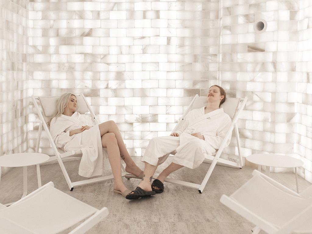 2 personnes en peignoir en train de se relaxer dans la chambre de sel himalayen du Spa William Gray